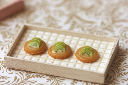 Miniature Dollhouse Food - Kiwi Fruit Tarts in 1/12 Scale-dollhouse miniatures, dollhouse miniature fruit tarts, dollhouse miniature pastries, shabby dollhouse miniatures, miniature dollhouse food, dollhouse food, miniature food, pei li miniatures