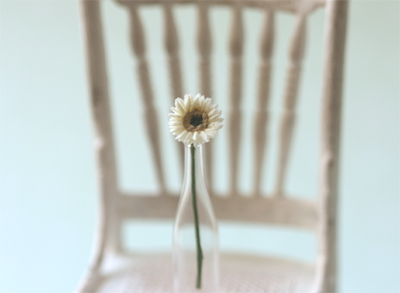 Dollhouse Miniature White Gerbera Daisy 1/12 Scale-dollhouse miniatures, dollhouse miniature singapore, shabby chic dollshouse, pei li miniatures, miniature shabby chic, shabby chic miniatures, dollhouse miniature flowers, miniature daisy, gerbera daisies