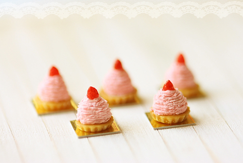 Miniature Dollhouse Food - Strawberry Mont Blanc Dessert in 1/12 Scale-dollhouse miniatures, dollhouse miniature desserts, dollhouse miniature pastries, dollhouse miniature food, strawberry mont blanc, miniature dollhouse food, doll house food