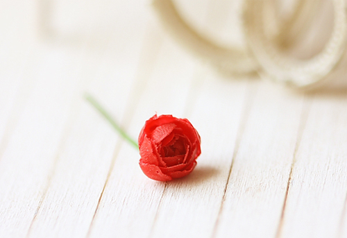 Dollhouse Miniature Red Rose Single Stalk 1/12 Dollhouse Miniature Scale-dollhouse miniatures, miniature, pei li miniatures, dollhouse miniature flowers, dollhouse miniature plant