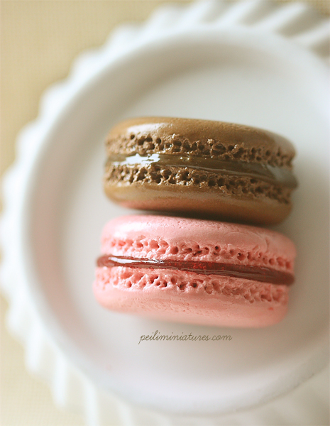 Macaron Magnet - Chocolate and Strawberry