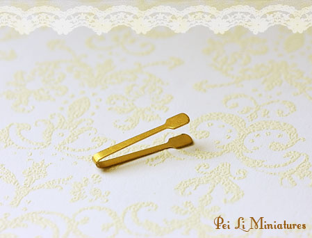 Dollhouse Miniature 1/12 Scale Pastry Tong (Antique Gold)-1:12 scale miniature antique gold pastry tong